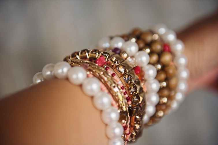 accessory arm beads blur